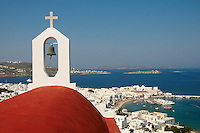 Europe, Grece, La mer mediterranee, Les cyclades, Ile de Mykonos, Hora, Chapelle blanche a dome rouge dominant la ville de Mykonos (hora), Vue sur la mer  Egee, bateau de croisiere au fond // Greece, mediterranee, Cyclades Islands, Mykonos, Hora, white chapel with the red dome, View on the Aegean sean cruise boat