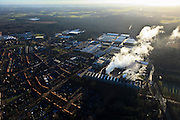 Nederland, Gelderland, Gemeente Brummen  20-01-2011. .Eerbeek, papierfabrieken SCA Packaging De Hoop B.V..Woonwijk naast de fabriek. .Paper factory SCA Packaging De Hoop  adjacent to the woods of the Veluwe. Resedential district next to the factory..luchtfoto (toeslag), aerial photo (additional fee required).copyright foto/photo Siebe Swart