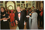 David Frost at the Royal academy summer exhibition. June 2002. SUPPLIED FOR ONE-TIME USE ONLY> DO NOT ARCHIVE. © Copyright Photograph by Dafydd Jones 66 Stockwell Park Rd. London SW9 0DA Tel 020 7733 0108 www.dafjones.com
