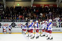 Ishcokey , GET-Ligaen , Eliteserien , Sluttspill NM , Semifinale 1<br /> 28.03.16 , 20160328<br /> Lørenskog - Vålerenga Hockey<br /> Vålerenga står oppstilt etter tap 3-2 med bortefansen på vei ut i bakgrunnen<br /> Foto: Sjur Stølen / Digitalsport