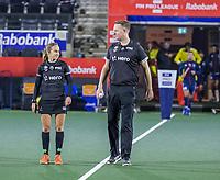 AMSTELVEEN - scheidsrechters Laurine Delforge (Bel) en Coen van Bunde voor   de Pro League hockeywedstrijd heren, Nederland - Groot-Brittannie (1-0).   COPYRIGHT KOEN SUYK
