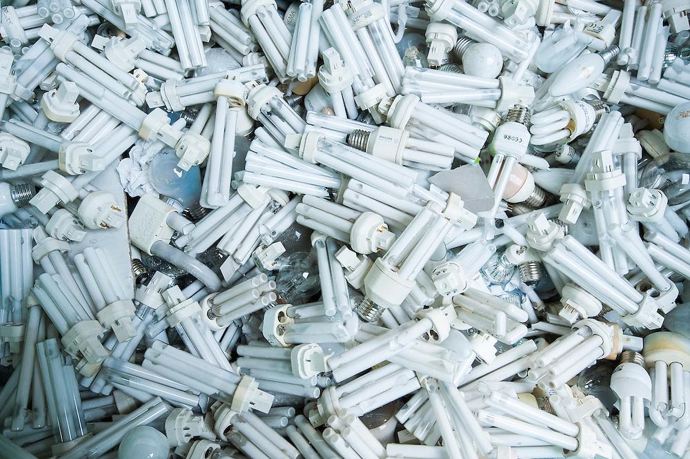 Nederland, Amsterdam, 29 aug 2013<br /> Afvalscheiding bij Afval Energie Bedrijf Amsterdam.<br /> Oude spaarlampen in bak. Moeten zorgvuldig vernietigd worden om grondstoffen te kunnen behouden en opdat giftige stoffen niet in het milieu terechtkomen<br /> Foto(c): Michiel Wijnbergh