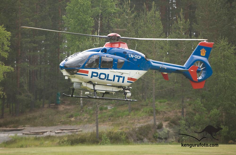 MYKLAND 20080613:<br /> Justisminister Knut Storberget og mat- og landbruksminister Terje Riis-Johansen ankom fredag ettermiddag til Mykland i politiets helikopter.<br /> Foto: Tor Erik Schrøder / SCANPIX