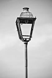 particolare di un vecchio lampione, ormai in disuso,  posto sulla banchina di una stazione delle ferrovie SUD EST nel salento stazione Reportage che racconta le situazioni che si incontrano durante un viaggio lungo le linee ferroviarie SUD EST nel salento.
