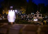 Bialystok, 31.10.2020. Decyzja rzadu zostaly zamkniete - w zwiazku z gwaltownym wzorstem zakazen COVID-19 - na trzy dni wszystkie cmentarze w kraju N/z zamkniety najwiekszy w Bialymstoku Cmentarz Farny w godzinach wieczornych; znicz postawiony na cmentarnym murze fot Michal Kosc / AGENCJA WSCHOD