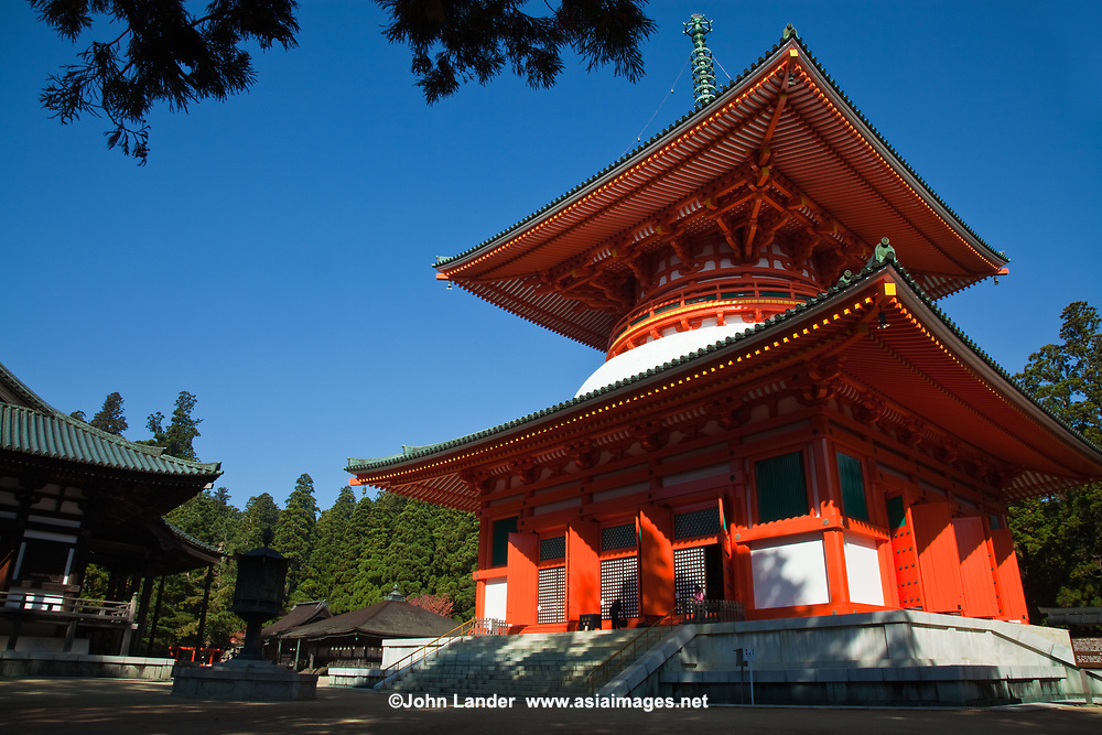 Daito was started by Kobo Daishi and was completed in 887 by Shinzen Daitoku. This massive structure represents the ideals of Shingon Buddhism and is known as the Fundamental Great Stupa. In Japan, this building was the first pagoda built in the tahoutou style.