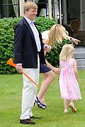 Photo shootof the Royal Family on their home De Horsten estate in Wassenaar.<br /> <br /> Op de foto:<br /> <br /> <br /> <br /> <br /> <br />  DUTCH Zijne Koninklijke Hoogheid de Prins van Oranje, Hare Koninklijke Hoogheid Prinses Máxima der Nederlanden en hun dochters Prinses Catharina-Amalia, Prinses Alexia en Prinses Ariane //  ENGLISH His Royal Highness the Prince of Orange, Her Royal Highness Princess Máxima of the Netherlands and their daughters, Princess Catharina-Amalia, Princess Alexia and Princess Ariane Prins Willem-Alexander en prinses Maxima