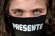 """20200519/ Javier Calvelo - adhocFOTOS/ URUGUAY/ MONTEVIDEO/ En medio de la pandemia por Covid-19 y a horas de la 25 marcha del silencio se realizó la Campaña Contra Todo Virus, Artistas Visuales ¡Presente!, que convoca a usar e intervenir los tapabocas con la palabra """"presente"""" como medida de adhesión a las manifestaciones por la memoria de los desaparecidos en la dictadura cívico-militar y lo lleva adelante un colectivo de artistas y gestores culturales de distintas generaciones.<br /> En la foto:  Campaña Contra Todo Virus, Artistas Visuales ¡Presente! en el monumento a los desaparecidos en Montevideo. Foto: Javier Calvelo / adhocFOTOS"""