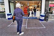 Nederland, Nijmegen, 15-4-2020  Op deze dag met coronadreiging staan mensen in de rij te wachten bij ijssalon heldro ijs in Nijmegen. Er mag steeds maar een klant in de winkel zijn. Foto: Flip Franssen
