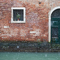 VENICE, ITALY - DECEMBER 17:  A general view of snowsing along one of the canals on December 17, 2010 in Venice, Italy. Snow has fallen across much of Europe today and is expected to continue over the weekend, causing traffic chaos and disrupting Christmas deliveries.