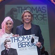 NLD/Amsterdam/201400224 - CD Presentatie Thomas Berge - Bergeverzet, Yvonne Coldeweijer rijkt cd uit aan Thomas Berge