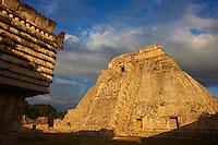 Mexique, Etat du Yucatan, Uxmal, site archeologique Maya, Patrimoine Mondial UNESCO, pyramide du Devin, Piramide del Adivino et Palais du gouverneur // Mexico, Yucatan state, Uxmal, archeological Mayan site, world heritage of the UNESCO, Magicians Pyramid, Governor's Palace (Palacio del Gobernador)