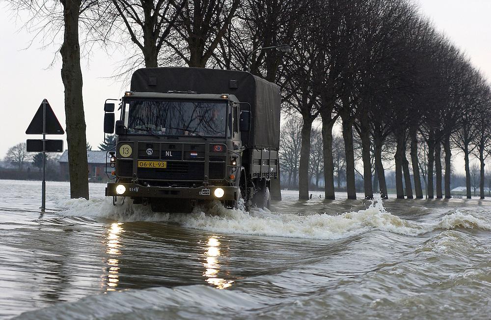 Nederland, Bergen (Limburg), 5 jan 2003.Hoog water in de Maas zorgt voor overlast door overstromingen. .Het leger voert een pendeldienst uit  tussen de vaste wal en Bergen,  omdat het enige verbindingsweggetje is overstroomd..Wateroverlast. .Foto (c) Michiel Wijnbergh/Hollandse Hoogte