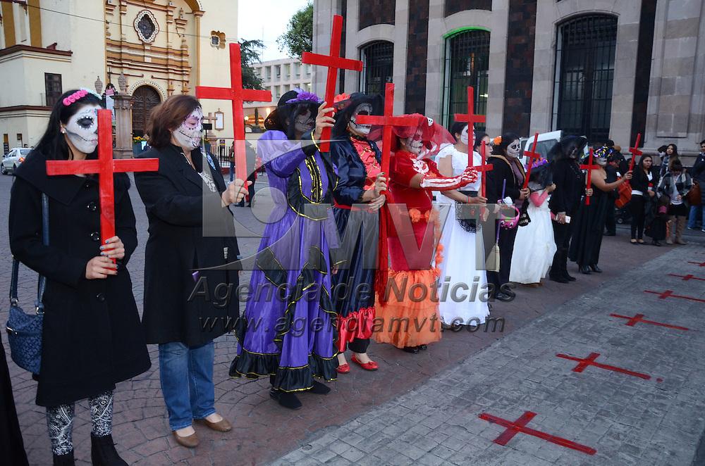 Toluca, México (Octubre 31, 2016).- Vestidas de catrinas y con cruces de color rojo en la mano, mujeres militante del  PRD realizaron una protesta para denunciar que a más de un año del decreto de la Alerta de Género en 11 municipios mexiquenses no ha habido resultados. Agencia MVT / Arturo Hernández.