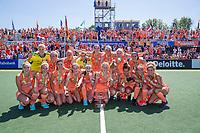 AMSTELVEEN -  Team Oranje met goud  EK hockey, finale Nederland-Duitsland (2-0) dames.  Nederland  is Europees Kampioen.  COPYRIGHT KOEN SUYK