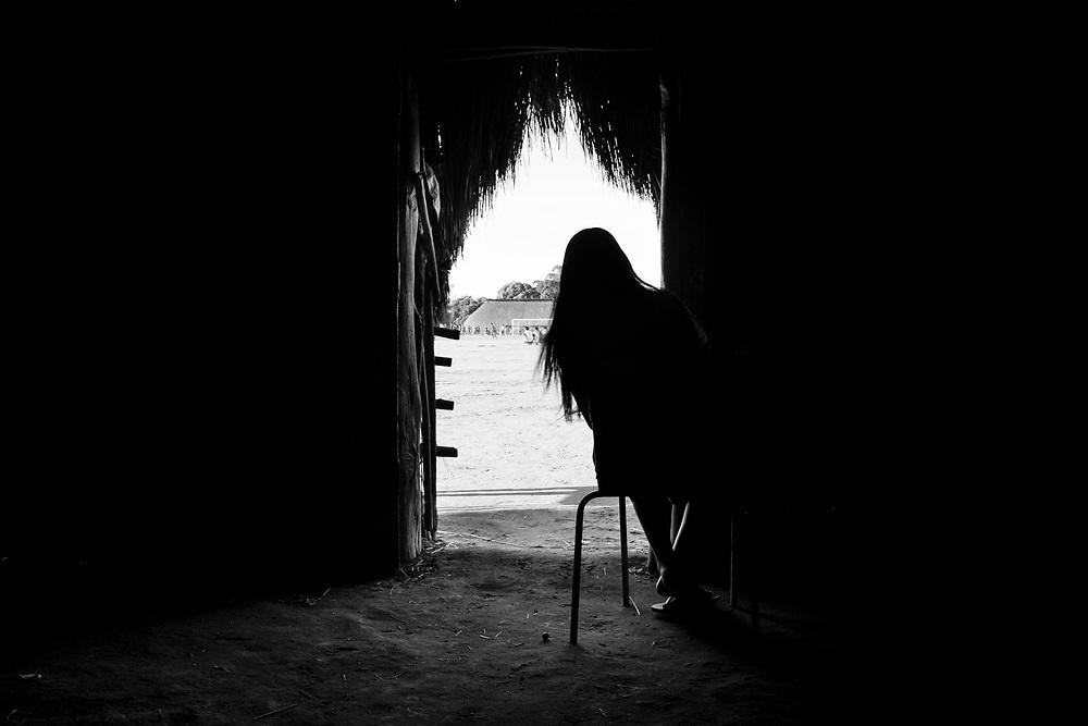 Menina adolescente am reclusão. Aldeia Ipatse, etnia Kuikuro, Alto Xingu.