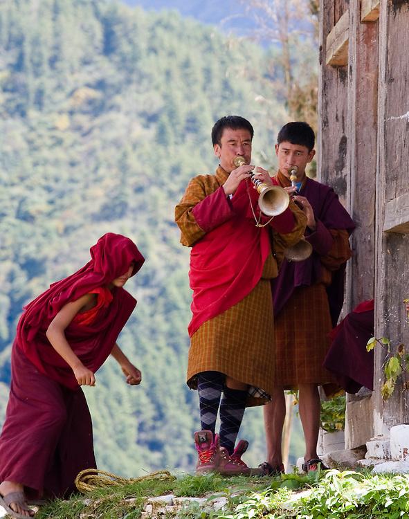 Gangtey Monastery, consecration ceremony; jaling (short horns)
