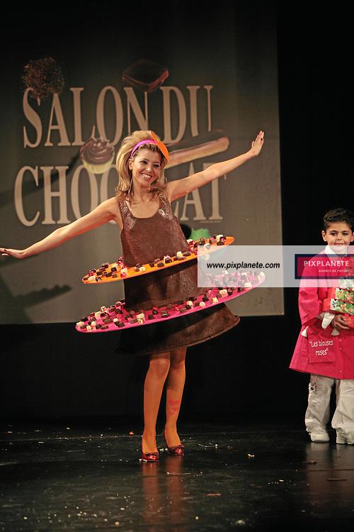 Najoua Belyzel et le petit Gabriel - (mention obligatoire :) Salon du Chocolat - Maquillage / Coiffure Lucie Saint-Clair - Paris, le 18/10/2007 - JSB / PixPlanete