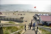 Nederland, Dishoek, Walcheren, Zeeland, 13-9-2014 In de duinen langs de Noordzee. Strand met wandelaars en badhuisjes en strandpaviljoen, horeca.Foto: Flip Franssen/Hollandse Hoogte