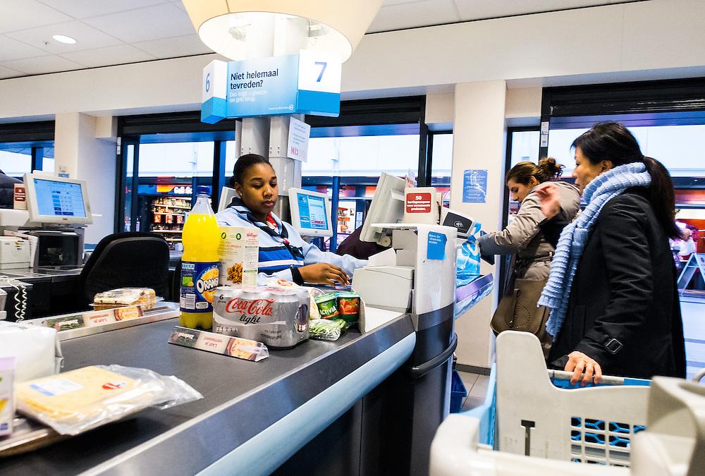 Nederland, Oss, 9 feb 2015<br /> Winkelcentrum Gelderlandplein in Buitenveldert. Kassiere bij Albert Heijn.<br /> Foto: (c) Michiel Wijnbergh