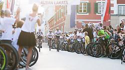 01.08.2017, Hauptplatz, Lienz, AUT, Ehrung für den dreifachen Mountainbike-Weltmeister Alban Lakata durch den Tourismusverband Osttirol, im Bild v.l.n.r. Felix Gall (AUT), Tourismusverband Osttirol Obmann Franz Theurl und Alban Lakata (AUT) // during honouring of three times Mountainbike world champion in Lienz, Austria on 2017/08/01. EXPA Pictures © 2017, PhotoCredit: EXPA/ Michael Gruber