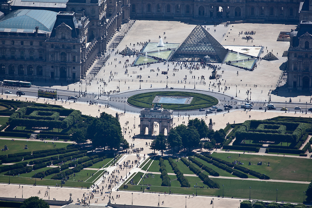 The main entrance to the Louvre Museum with the beginning of the Tuileries Gardens behind the Triomphe du Carrousel. It was built between 1806 and 1808 to commemorate Napoleon's military victories of the previous year.