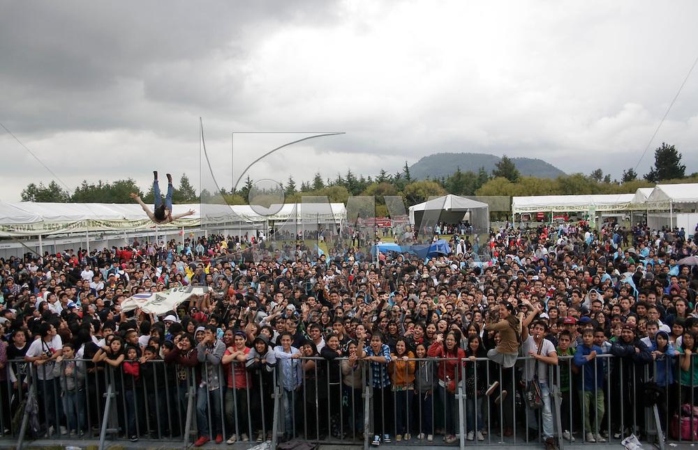 Toluca, México.- Debido a la cancelación de concierto musical por la lluvia, los jóvenes aprovecharon el momento para divertirse impulsándose con una lona. Agencia MVT / Arturo Hernández S.