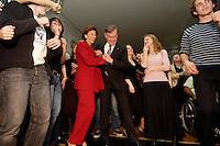 """22 MAR 2006, BERLIN/GERMANY:<br /> Horst Koehler (M-Re), Bundespraesident, und Eva Luise Koehler (M-Li), Gattin des Bundespraesidenten, tanzen inmitten der jugendliche Gaeste, waehrend der Veranstaltung """"Bellevue unplugged"""" mit Rock- und Popmusik, zu der Koehler Jugendliche wegen Ihres sozialen Engagements eingeladen hat, Schloss Bellevue<br /> IMAGE: 20060322-03-024<br /> KEYWORDS: Horst Köhler, Tanz, tanzend"""