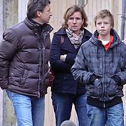 NLD/Laren/20081206 - Makelaar Henk Honing en partner winkelend in Laren