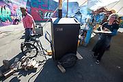 Een vrouw haalt een pizza uit een tot mobiele oven omgebouwde bakfiets. In Nijmegen vindt voor de vierde keer het internationale bakfietstreffen aan. Tijdens het tweedaags evenement wisselen bedrijven en bakfietsers ervaringen uit. Bakfietsen worden in heel Europa steeds vaker ingezet, zowel door particulieren als bedrijven. Het is een duurzame vorm van transport en biedt veel voordelen.<br /> <br /> In Nijmegen for the third time the International Cargo Bike Festival is hold. The two-day event focuses on the use and users of cargobikes. Cargo bikes are increasingly being deployed across Europe, both individuals and businesses. It is a sustainable form of transport and offers many advantages.