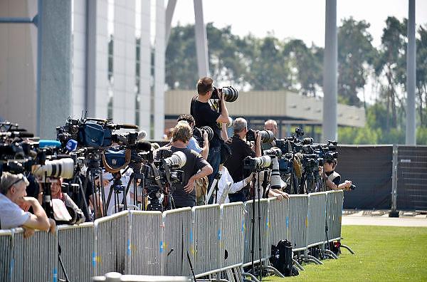 Nederland, Eindhoven,23-7-2014De verzamelde internationale per en media bij de ceremonie van de aankomst van de lichamen van slachtoffers van de vliegramp boven de Oekraine.Press and media at the arrival of corpses, remains, of the victims of flight MH17 which was shot down over UkraineFOTO: FLIP FRANSSEN/ HOLLANDSE HOOGTE