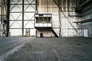 Nederland, Vlissingen, 15-9-2019 Verlaten fabriekshal van vroegere scheepswerf de Schelde aan de rand van het centrum . De werf is overgenomen door Damen en de oude fabriekshallen staan leeg of zijn afgebroken om plaats te maken voor woningbouw en wonen .Foto: Flip Franssen