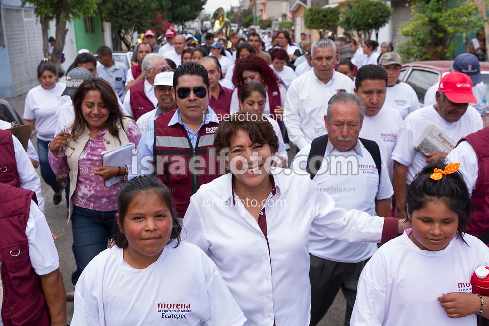 Delfina Gómez recorre una calle en Ecatepec, acompañada de simpatizantes de todas las edades.