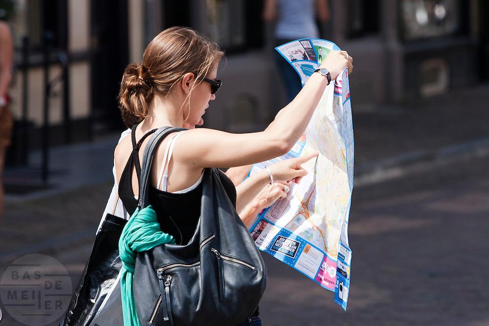 Twee vrouwen zoeken de weg op de kaart van Utrecht.<br /> <br /> Two women are trying to find the way on a map of Utrecht.