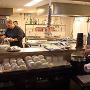 NLD/Huizen/20070918 - Restaurant bejaardentehuis de Bolder Huizen, koks aan het werk