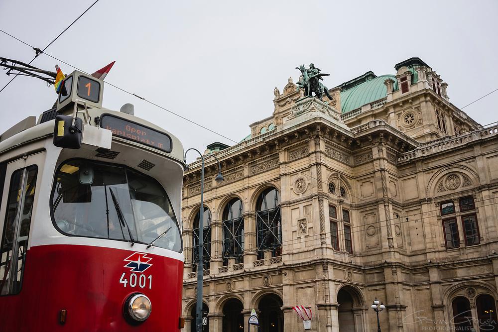 No.1 tram waiting for passengers at a tram stop, Wiener Staatsoper (Vienna State Opera), Vienna, Austria