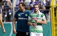 ALL BRUK AV BILDET BLIR FAKTURERT. INNGÅR IKKE I AVTALER.<br /> <br /> Fotball<br /> Tyskland<br /> Foto: imago/Digitalsport<br /> NORWAY ONLY<br /> <br /> 08.08.2015 - Fussball - Saison 2015 2016 - DFB Pokal Vereinspokal - 01. Runde: FC Erzgebirge Aue - SpVgg Greuther Fürth Fuerth - / - Veton Berisha (19, SpVgg Greuther Fürth ) muss angeschlagen verletzt / Verletzung / aufgeben - Carsten Klee (Physio SpVgg Greuther Fürth ) Veton Berisha (19, SpVgg Greuther Fürth )<br /> <br /> Veton Berisha