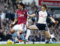 Photo: Chris Ratcliffe.<br />Tottenham Hotspur v Aston Villa. The Barclays Premiership. 21/01/2006.<br />Juan Pablo Angel (L) of Villa and Michael Carrick tussle for the ball.