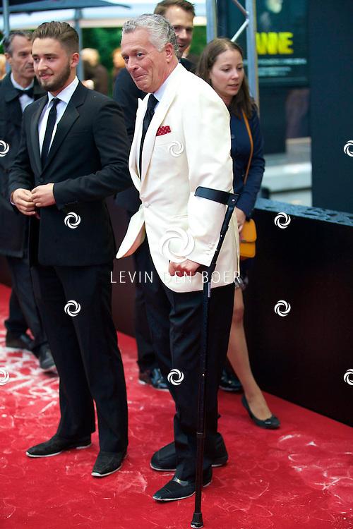 AMSTERDAM - Wereldpremière Anne in het Theater Amsterdam. Diversen Bekende Nederlanders kwamen over de rode loper naar deze voorstelling. Met hier op de foto  Bram Moszkowicz met zijn zoon Nathan. FOTO LEVIN DEN BOER - PERSFOTO.NU