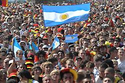 03.07.2010, Hyundai Fan Park, Hamburg, GER, FIFA Worldcup, Puplic Viewing Deutschland vs Argentinien  im Bild Fans der Argentinier.Foto ©  nph /  Witke