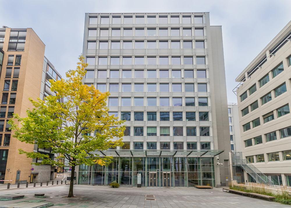 Teatergata 9 (regjeringsbygning 6, R6) huser Helse- og omsorgsdepartementet, Landbruks- og matdepartementet, Departementenes sikkerhets- og serviceorganisasjon og Informasjons- og kommunikasjonsteknologiavdelingen.