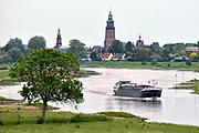 Nederland, the netherlands, zutphen, 6-8-2018 Een binnenvaartschip vaart over de ijssel langs zutphen . Foto: Flip Franssen