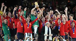 11.07.2010, Soccer-City-Stadion, Johannesburg, RSA, FIFA WM 2010, Finale, Niederlande (NED) vs Spanien (ESP) im Bild Spaniens Kapitän Iker Casillas hebt den WM Pokal in die Höhe, Spanien ist Weltmeister 2010, die Spieler bejubeln den ersten WM Titel, EXPA Pictures © 2010, PhotoCredit: EXPA/ InsideFoto/ Perottino *** ATTENTION *** FOR AUSTRIA AND SLOVENIA USE ONLY! / SPORTIDA PHOTO AGENCY