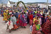 Una procesión de mujeres rarámuris con atuendos coloridos sale con la virgen de Dolores por las calles de Norogachi, México, el 10 de abril de 2009.