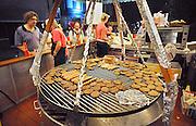 Nederland, Nijmegen, 20-7-2012broodje hamburger op straat eten.Foto: Flip Franssen/Hollandse Hoogte