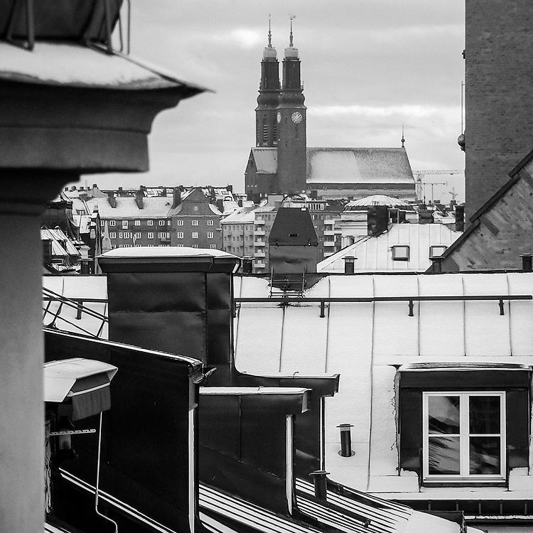 Högalidskyrkan sedd över takåsarna. Det finns okända världar för oss i stan, de många innergådarna och takåsarnas landskap.