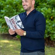 NL/Doorn/20200627 - Boekpresentatie Wesley Sneijder, Wesley Sneijder met zijn biografie