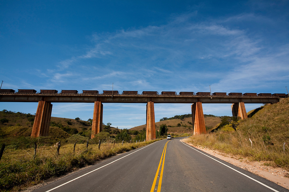 Ritapolis_MG, Brasil...Viaduto ferroviario sobre a BR 494 em Ritapolis, Minas Gerais...The railroad overpass over the highway BR 494 in Ritapolis, Minas Gerais...Foto: LEO DRUMOND / NITRO