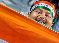 NEW DELHI -  Enthousiast publiek bij de hockeywedstrijd Engeland-India (3-2), bij het WK Hockey 2010 voor mannen in New Delhi.  Door dit verlies is India is het uitgeschakeld voor de hoofdprijzen maar het publiek bleef enthousiast. KOEN SUYK