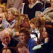 NLD/Hilversum/20070309 - 9e Live uitzending SBS Sterrendansen op het IJs 2007, Danielle Overgaag met kinderen op de tribune, zoon Thijmen